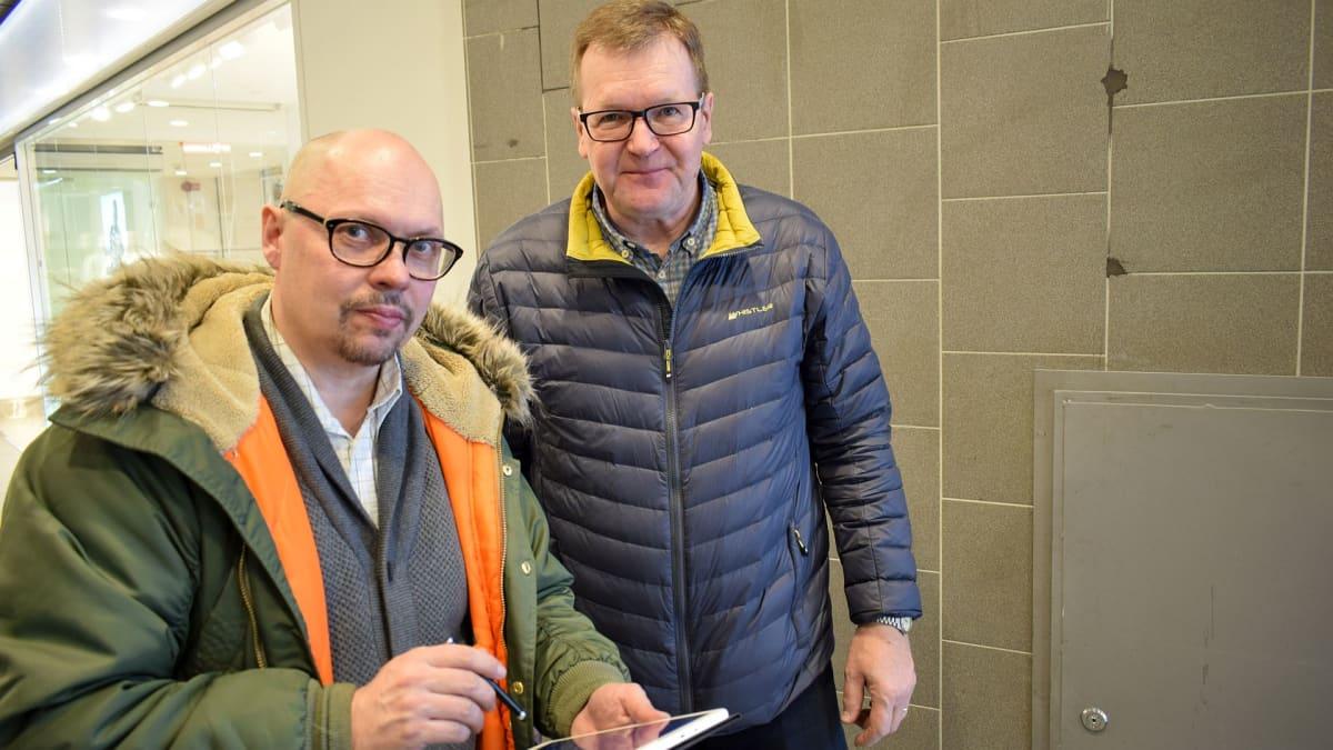 Vesa Walden (vas.) oli toteuttamassa kunniaseinää 1990-luvulla. Ismo Savolainen huolehtii betonilaattojen varastoinnista.