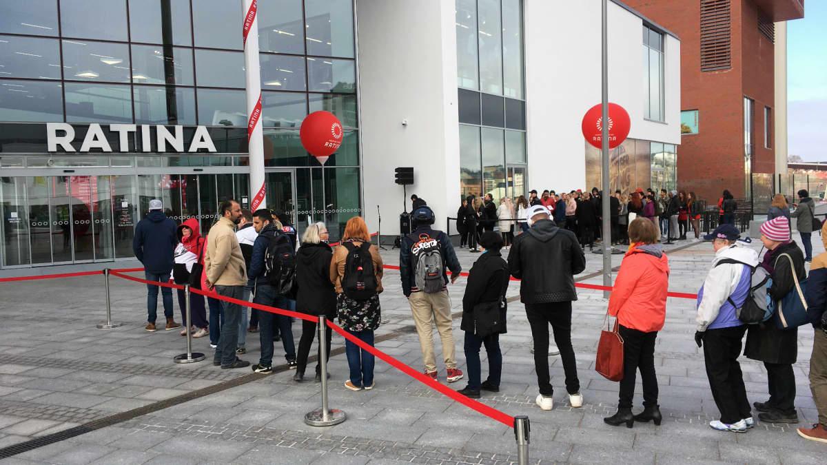 Ihmiset jonottavat uuden Ratinan kauppakeskuksen edustalla juuri ennen sen avautumista.