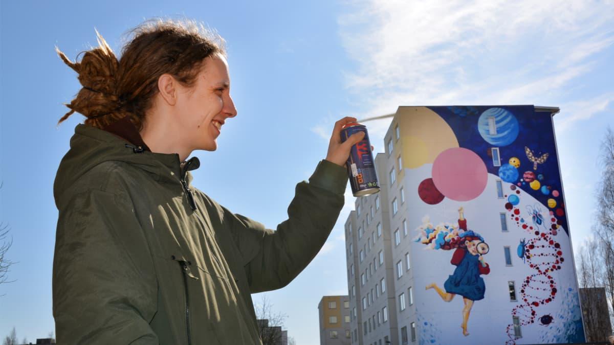 Katutaiteilija Tomi Lastunen ja Hervannan seinämaalaus