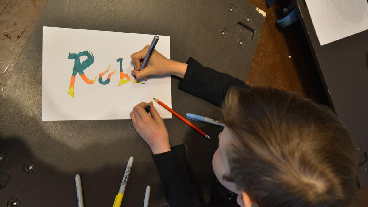 Koululaisen tekemä graffiti