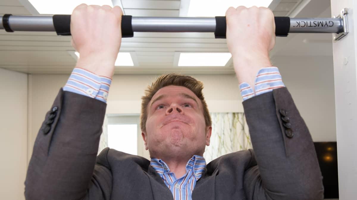 Juuan kunnanjohtaja Markus Hirvonen vetää leukaa