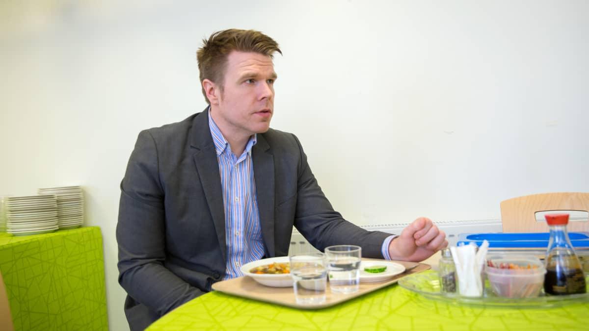 Juuan kunnanjohtaja Markus Hirvonen syö lounaan Juuan yhtenäiskoulun ruokalassa.