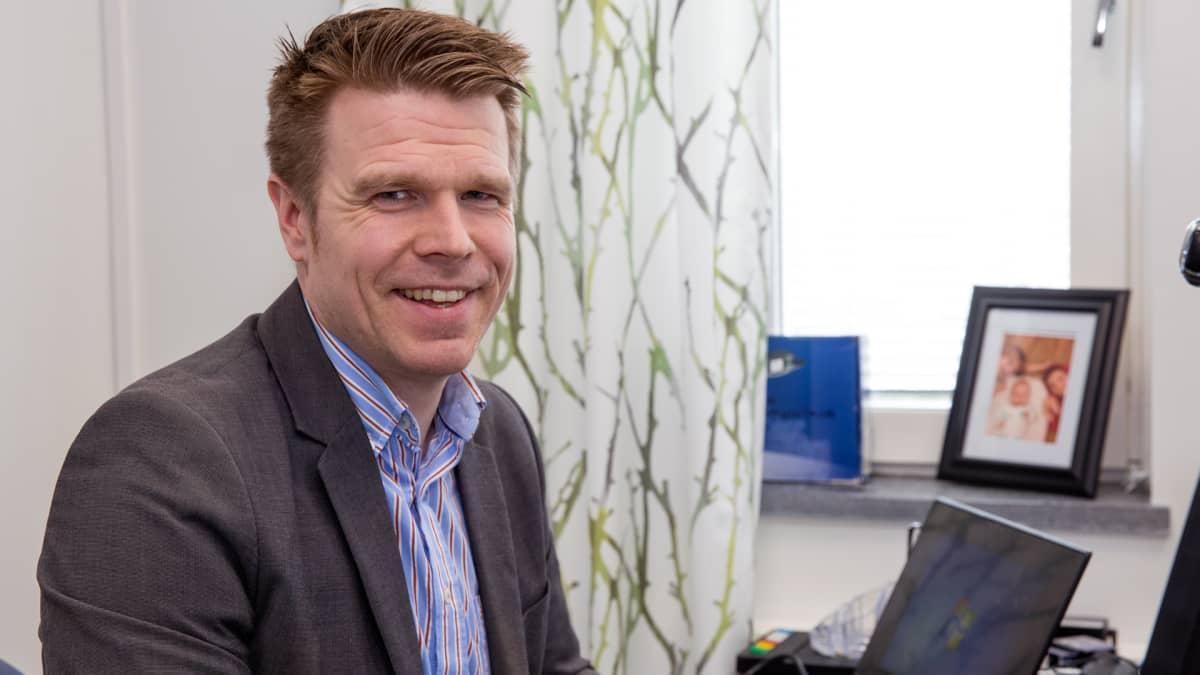 Juuan kunnanjohtaja Markus Hirvonen työpöytänsä ääressä.