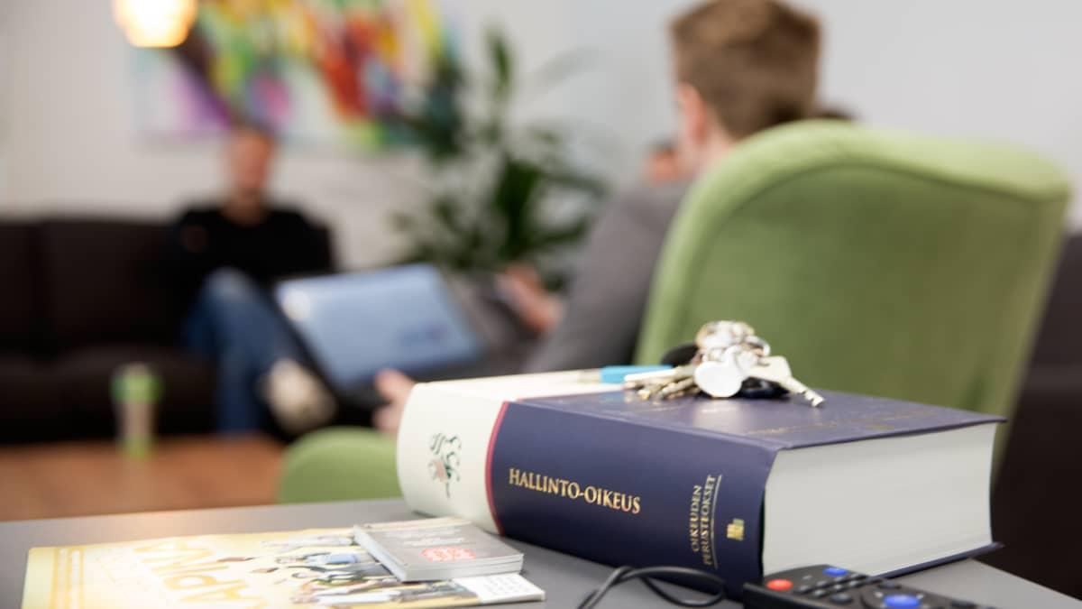 Hallinto-oikeuden kirja Juuan kunnanjohtaja Markus Hirvosen pöydällä.