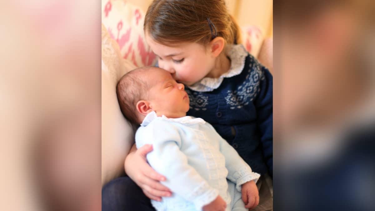 Cambridgen herttuatar otti kuvan tyttärestään prinsessa Charlottesta joka suuteli pikkuveljeään prinssi Louista, Lontoossa, 2. toukokuuta 2018.