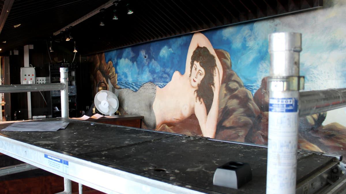 Merenneitomaalaus ravintolan Kairon seinässä