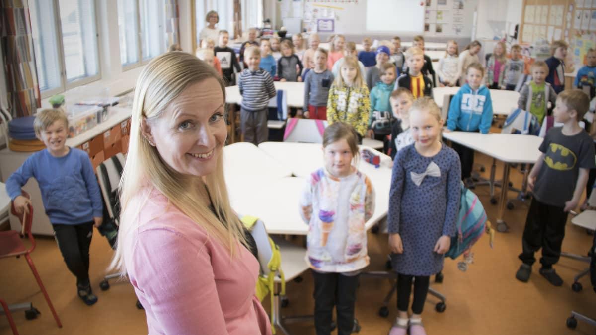 Luokanopettaja Sari Elokivi ekaluokkalaisten kanssa.