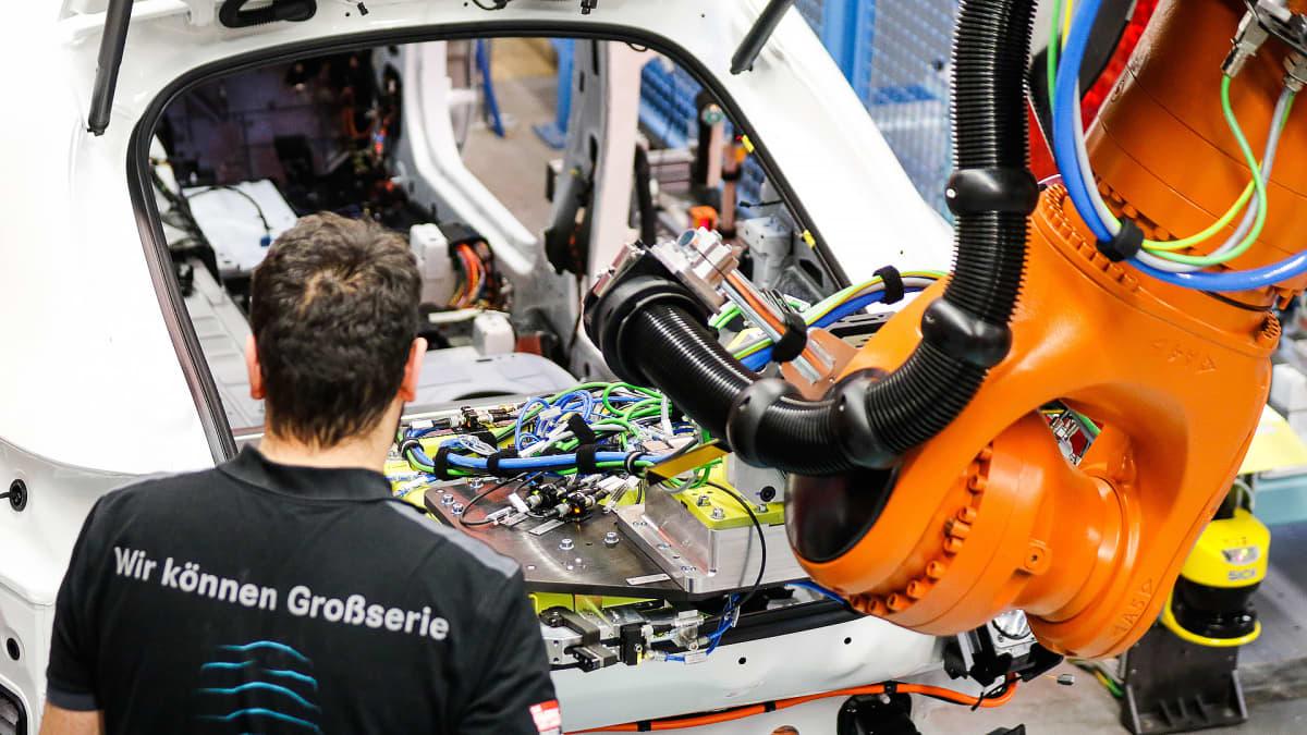 Robotti asentaa hybridiauton akkua Mercedeksen tehtaalla Bremenissä, Saksassa.