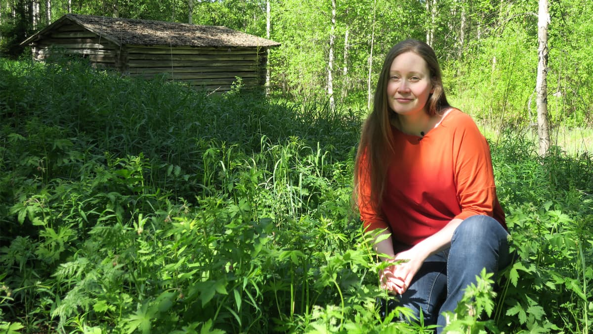 Hankevetäjä Katariina Jousmäki luonnonyrttien keskellä.