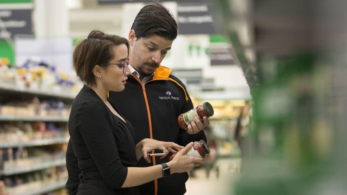 Nainen ja mies kaupassa.