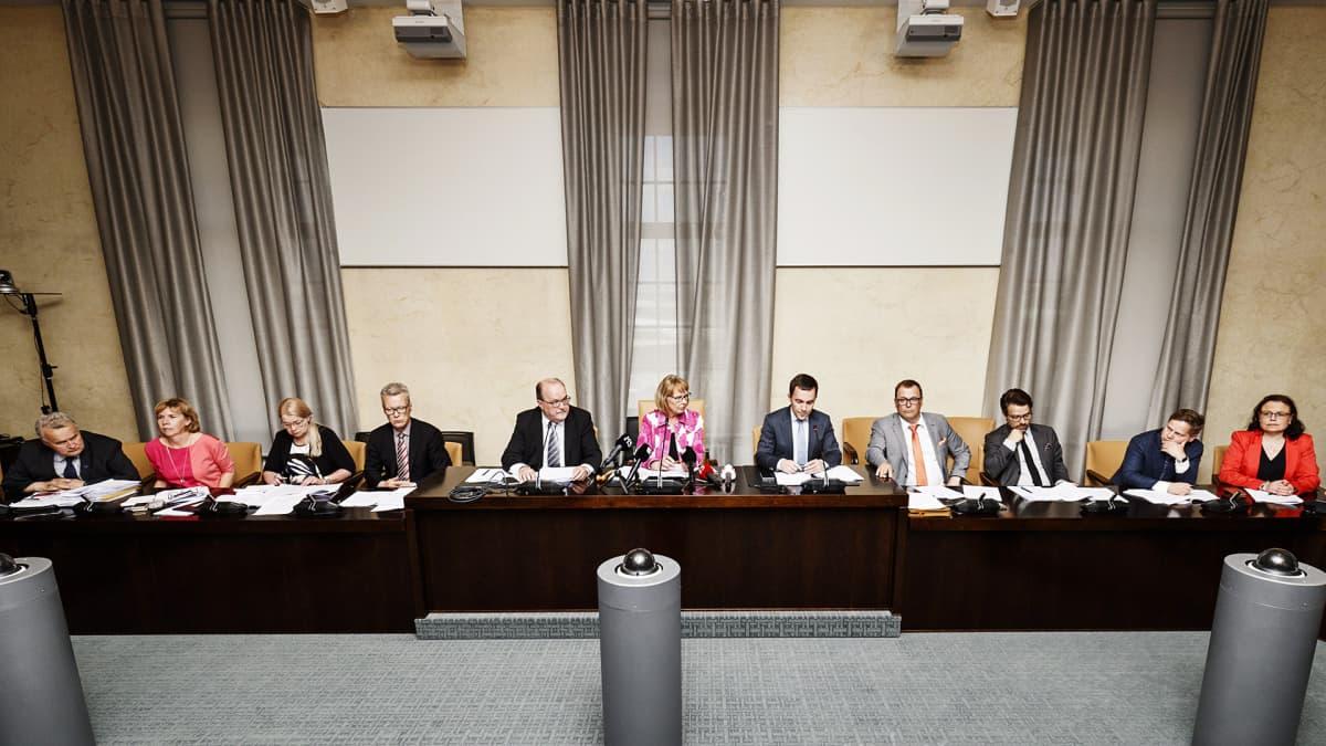 Perustuslakivaliokunnan tiedotustilaisuus soten valinnanvapaudesta Helsingissä.