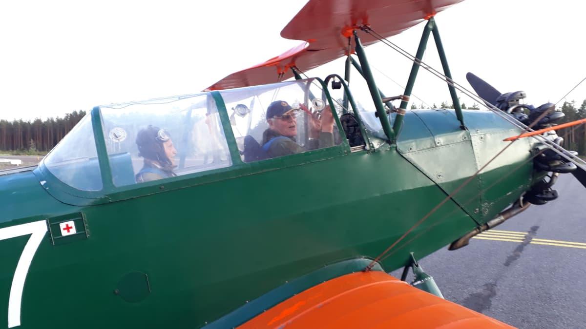 Pentti Vanamo ja Esa Passila lähdössä lennolle.
