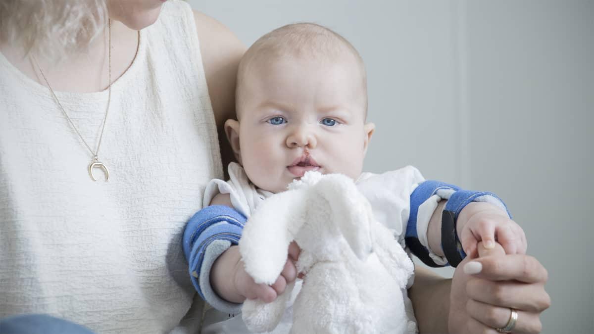Vauva katsoo kameraan