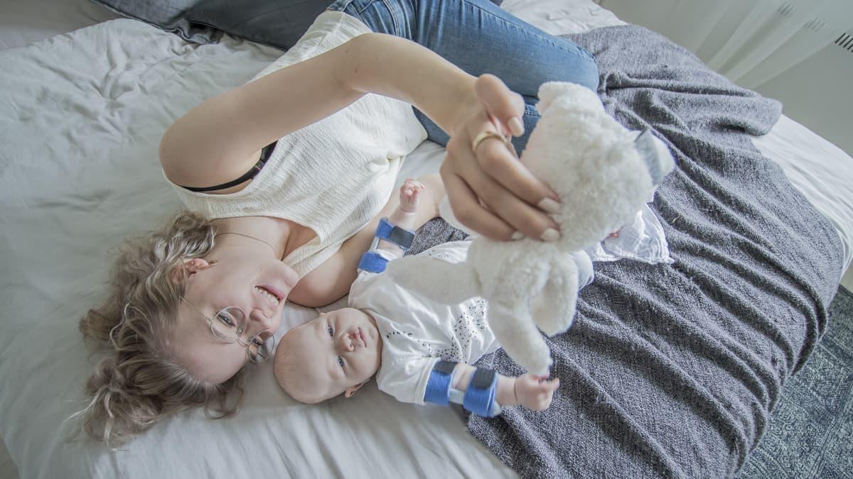 Äiti ja poika sängyllä