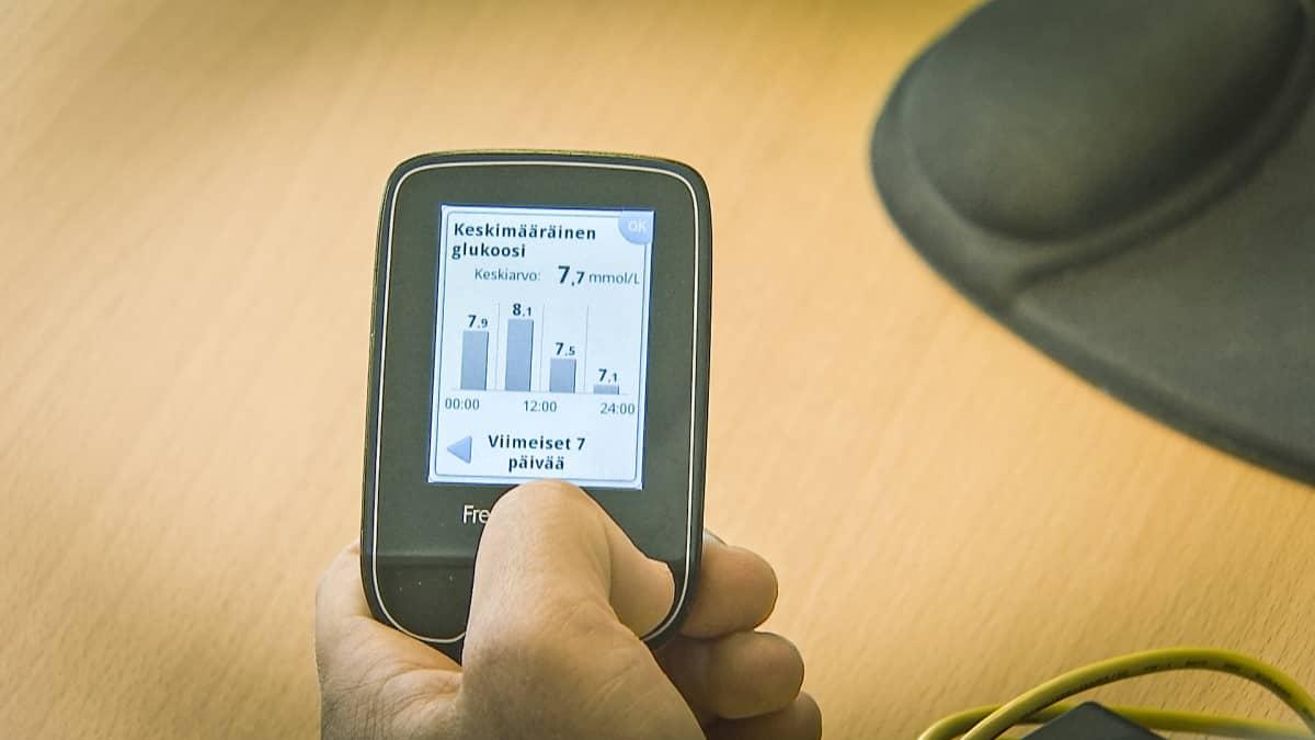 Päätelaite näyttää keskimääräisen glukoosin lukemat viimeisen seitsemän päivän ajalta.