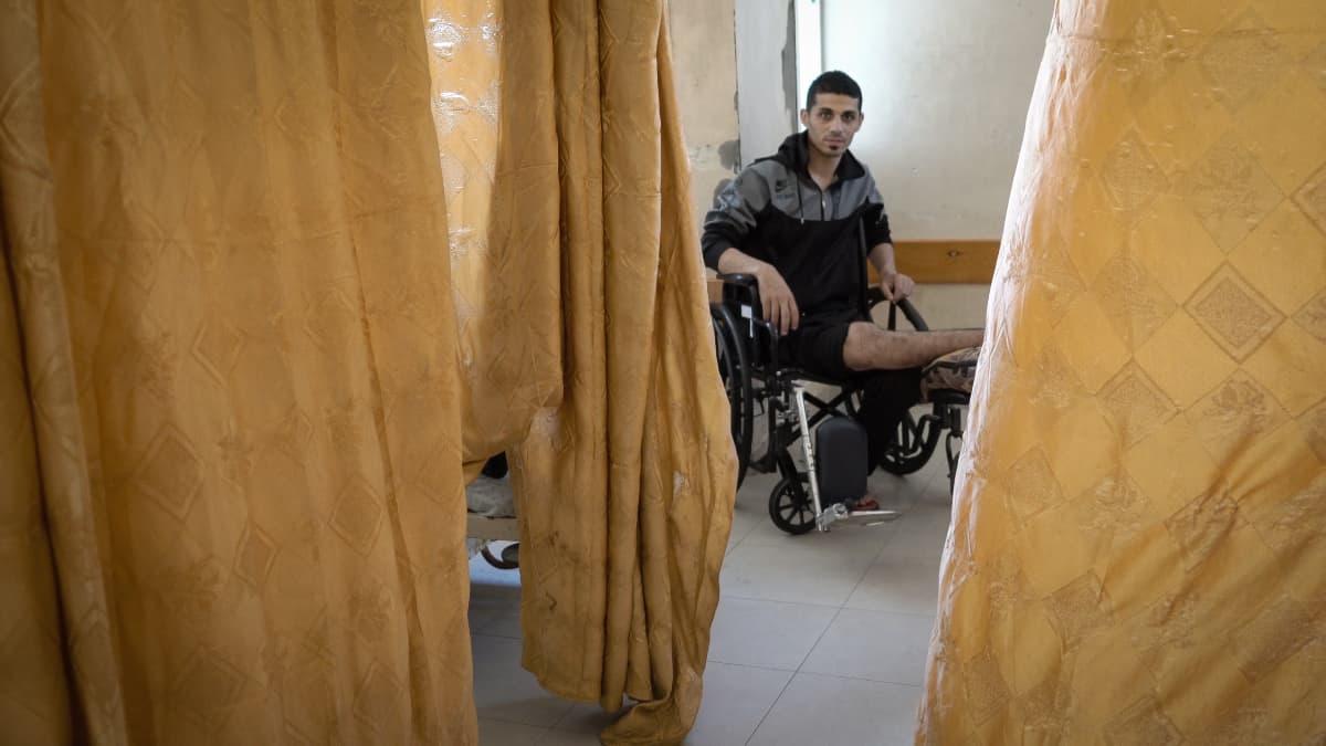 Hashimin säärtä ei voida leikata Gazassa. Hän on saanut paikan palestiinalaisesta al-Maqqadaesin sairaalasta Itä-Jerusalemista, mutta Israelin viranomaiset eivät myönnä hänelle rajanylityslupaa.