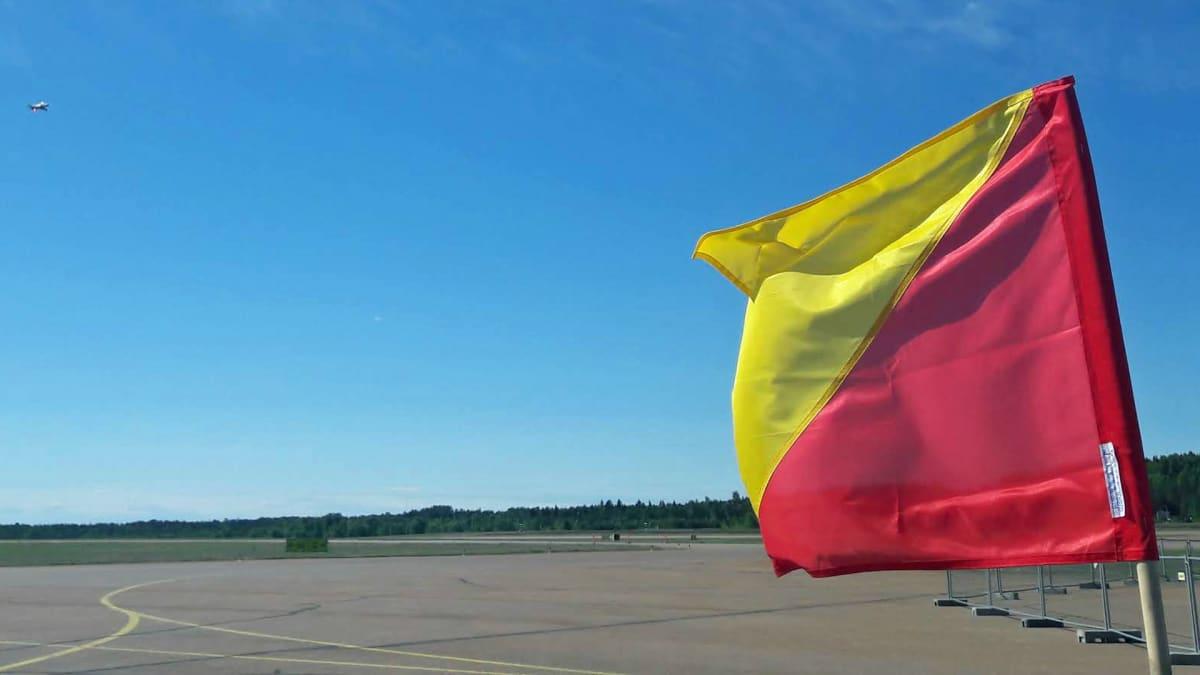 Tuulilippu Tikkakosken lentokentällä.