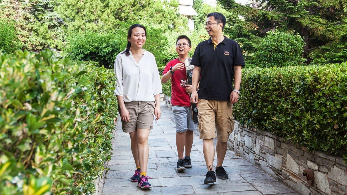 Äiti Xia Yan, poika Wan Le ja isä Wan Qian ovat kotoisin Shanghaista, mutta nyt uusi koti on Ateenassa.