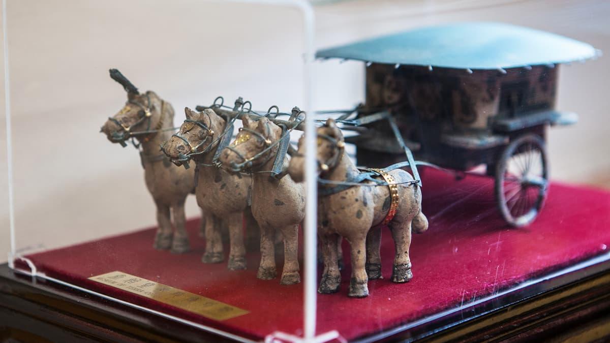 Ioannis Bournousilla on matkamuisto Kiinan Xi'anissa sijaitsevalta terrakottasotilaiden haudalta.
