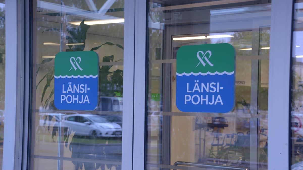 Länsi-Pohjan keskussairaalan ovissa tarrat Mehiläinen Länsi-Pohja.