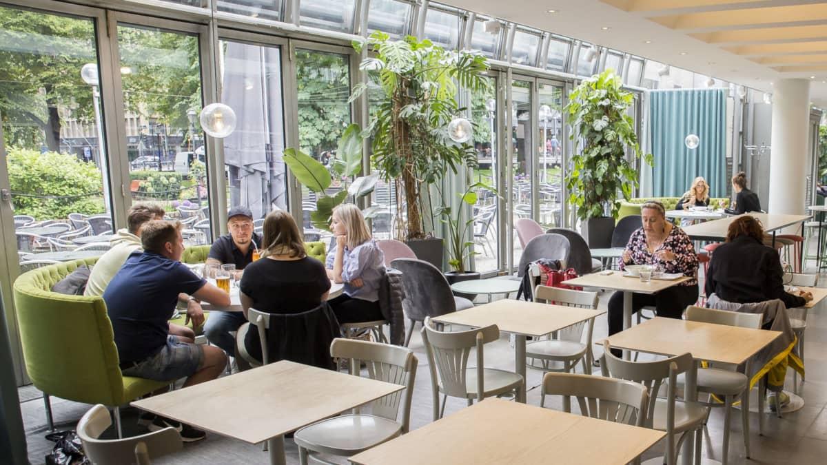 Ravintola Teatteri Esplanadin puistossa juhannusaattona 2018.
