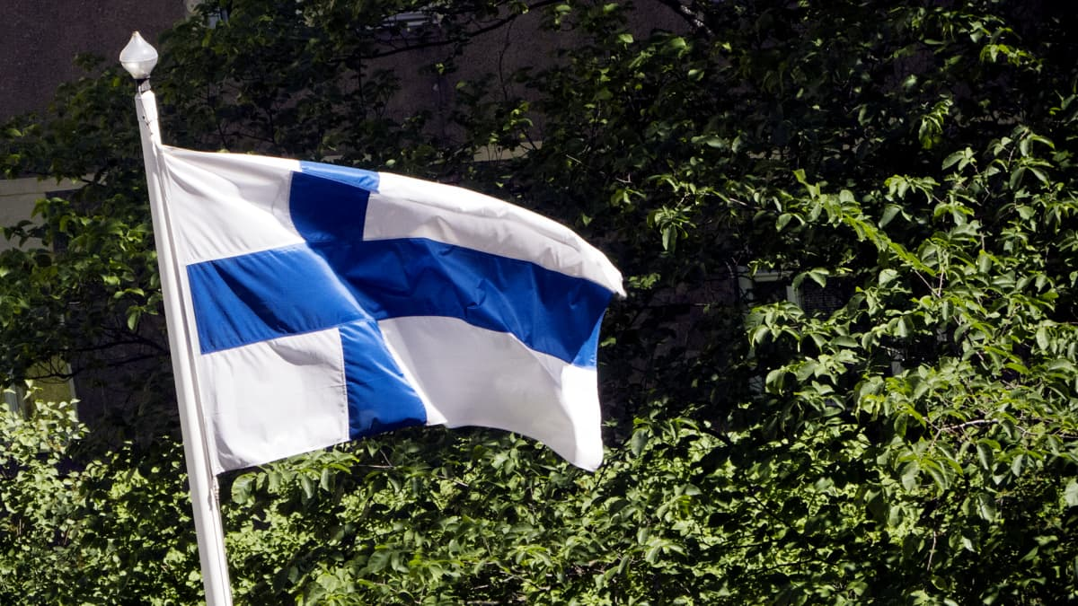 Suomen lippu heiluu salossa.