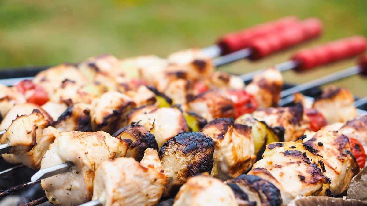 Lähikuva grillitikusta, jossa kasviksia ja lihaa.
