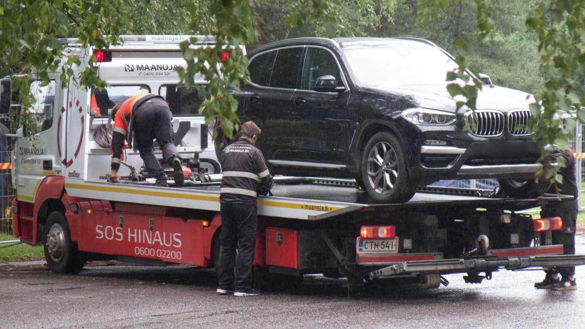 Autoja hinattiin Tampereelta pois.