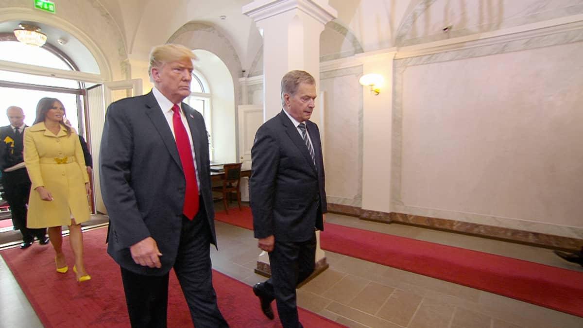 Donald Trump saapuu Sauli Niinistön seurassa presidentinlinnaan.