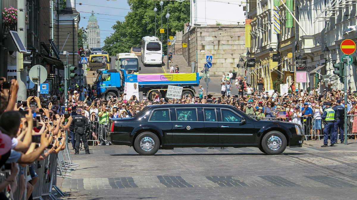 Donald ja Melania Trumpia kuljetetaan kohti presidentinlinnaa.