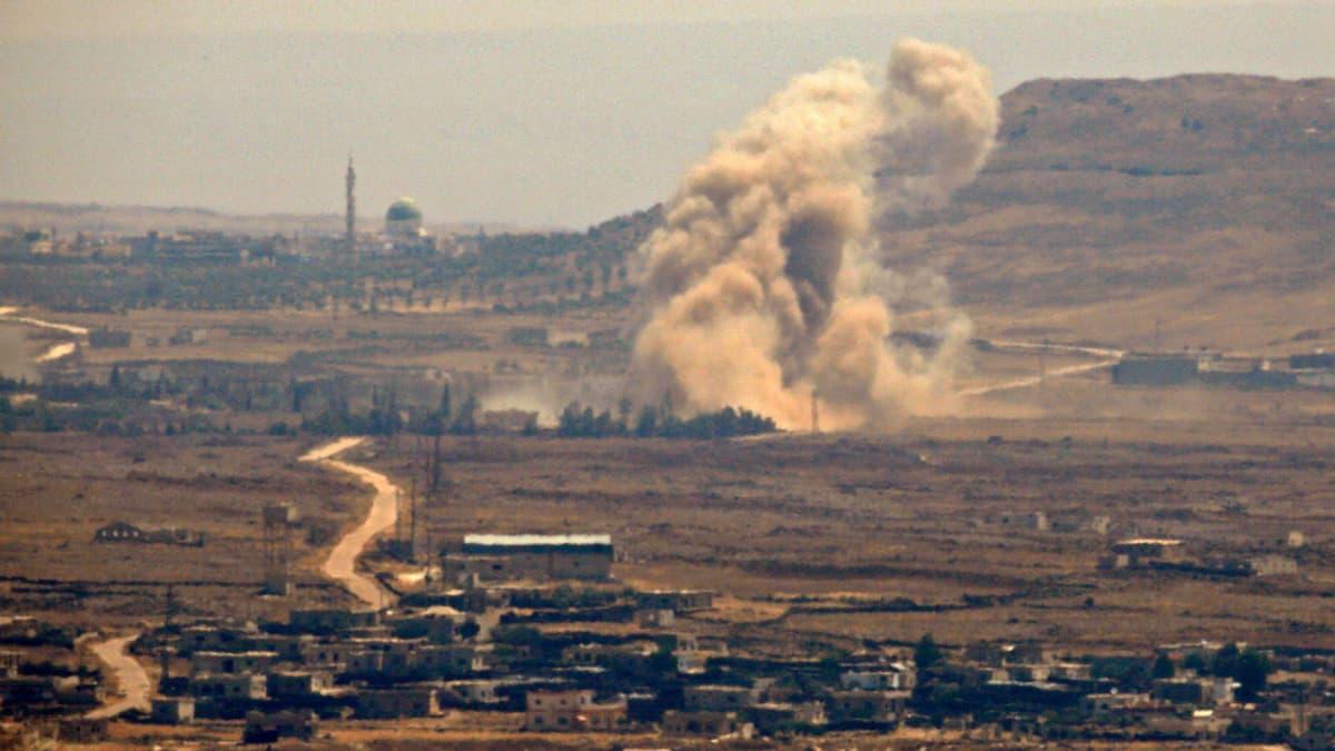 Savua nousee ilmaiskusta Syyrian Quneitrassa.