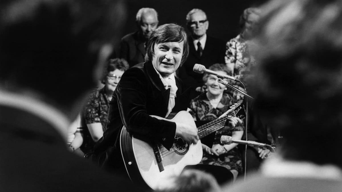Tapani Perttu esiintymässä vuonna 1975.