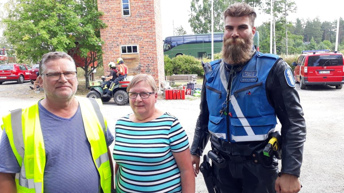 Hannu ja Anne Raunela, poliisi Rami Mäkinen.