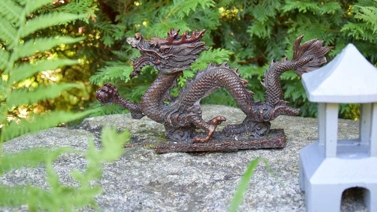 Pieni lohikäärmeveistos suomalaisessa kiinalaisvaikutteisessa puutarhassa