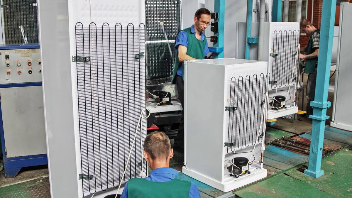 Työntekijöitä jääkaappitehtaalla.
