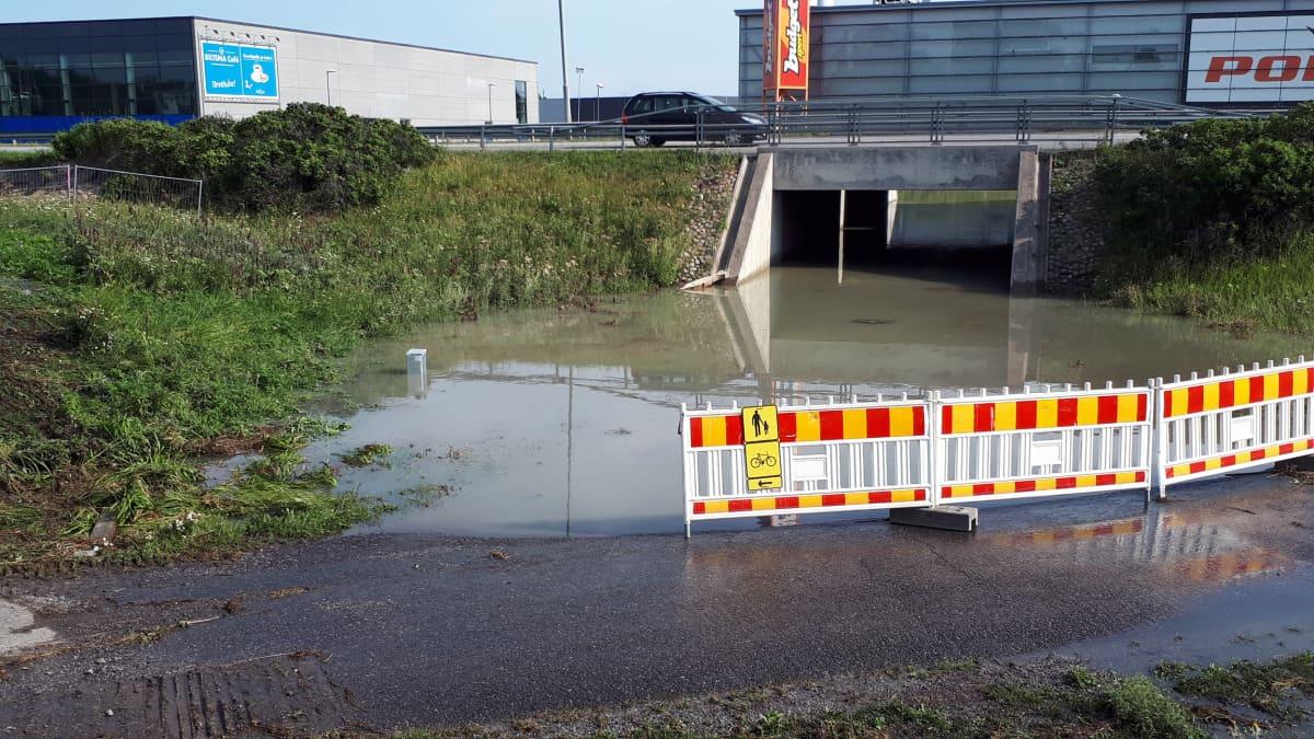 Putkirikko on tapahtunut Turun kehätien varrella Raisiossa. Vettä on valunut maahan paljon.