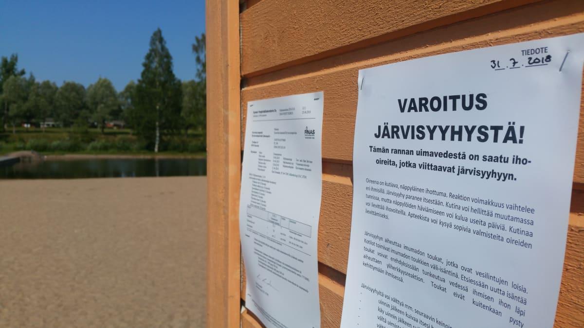Järvisyyhyvaroitus Koivusaaren uimarannalla.
