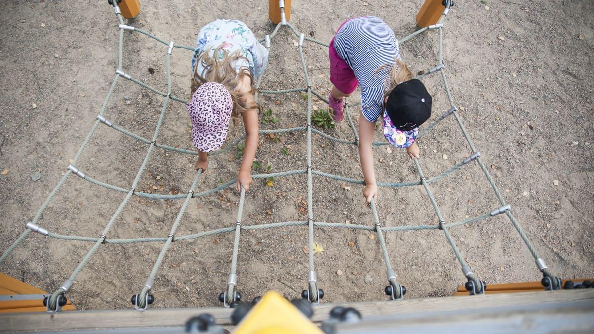 Lapset leikkimässä.