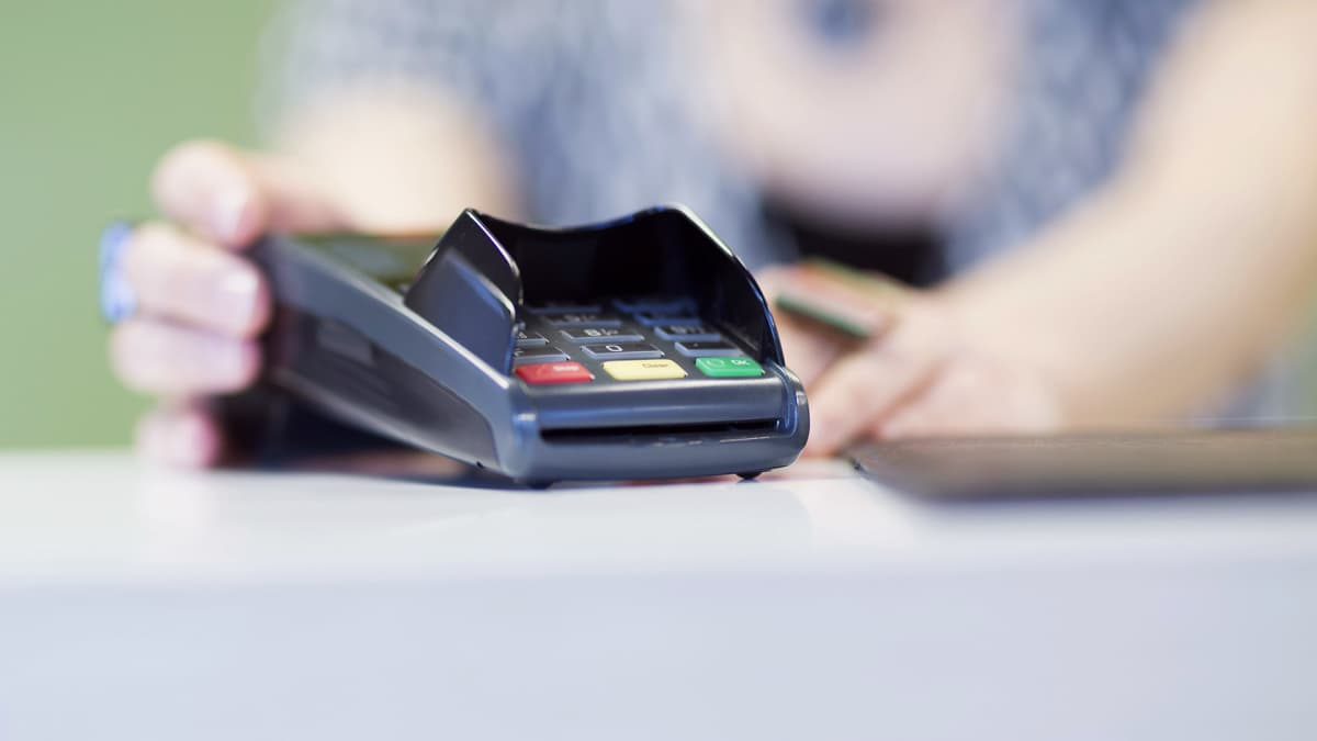 maksukorttilaite pöydällä