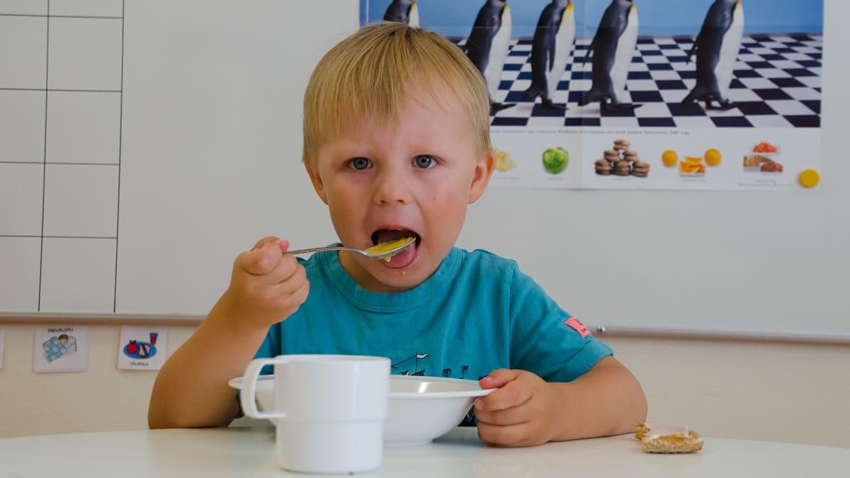 Lapsi ruokailemassa päiväkodissa