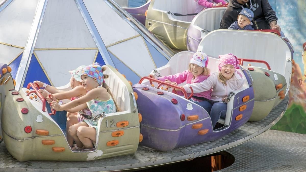 Lapsia huvipuistolaitteessa