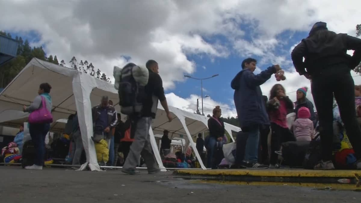 Venezuelasta lähteneitä ihmisiä yöpyi Kolumbian ja Ecuadorin rajalla Tulcanissa.