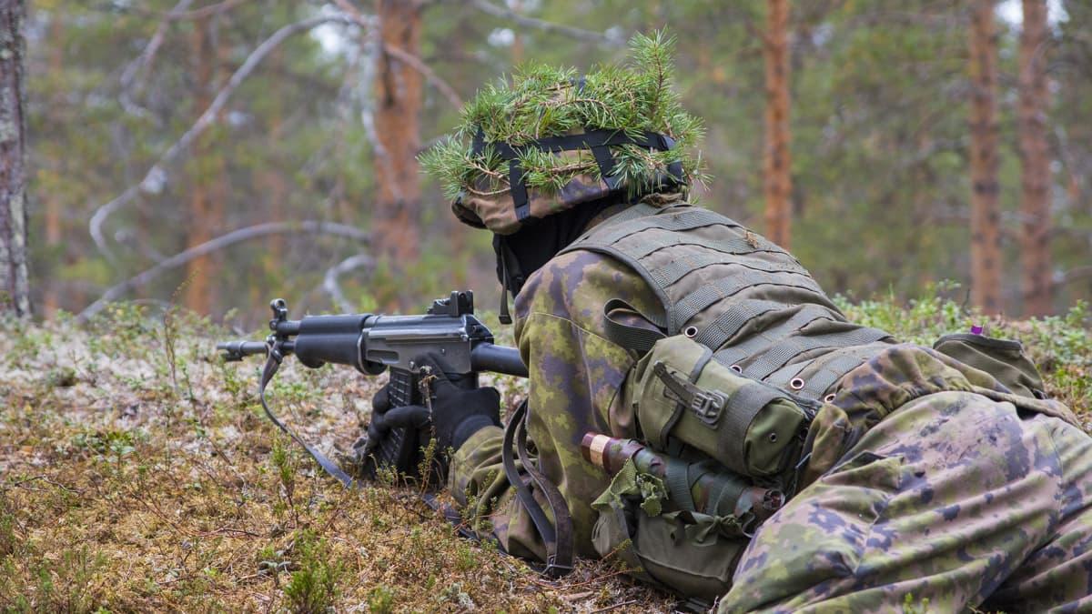 Puolustusvoimat valmiusjoukot armeija varusmies tähtääminen ase