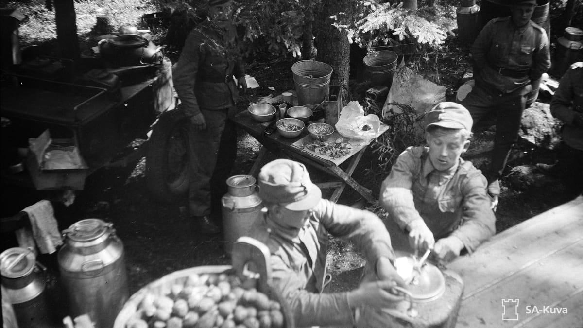 Sotilaat ruokailevat - etulinjan kenttäkeittiö vuodelta 1941.