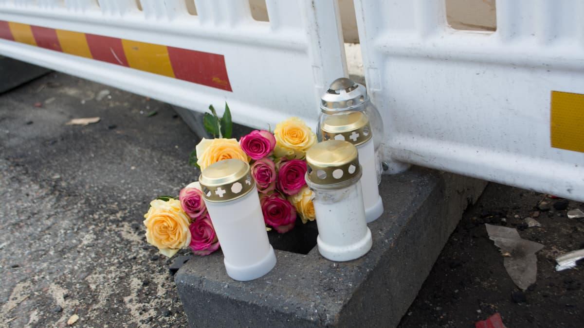 Kynttilöitä ja kukkia bussiturman onnettomuuspaikalla Kuopiossa