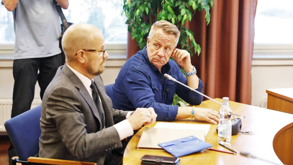 Yö-yhtyeen solisti Olli Lindholm ja avustaja Kari Karjalainen Pirkanmaan käräjäoikeudessa.