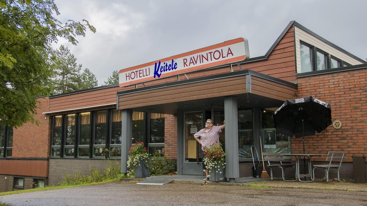 Juha Willman hotelli Keiteleen edessä.