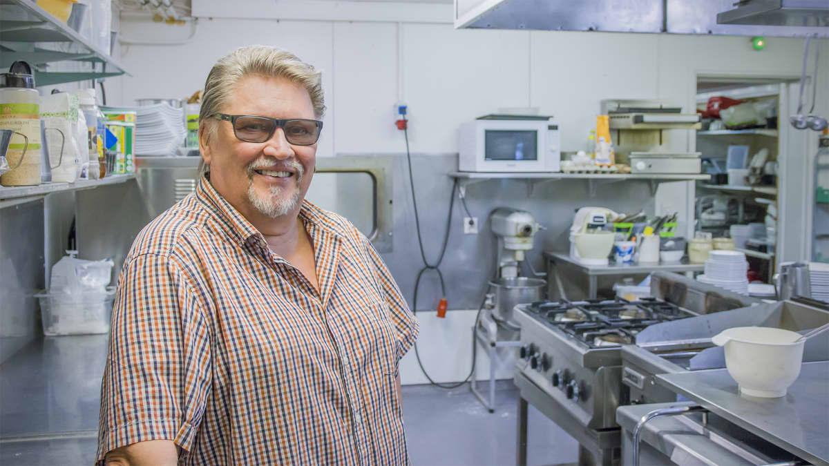 Juha Willman ravintolan keittiössä.
