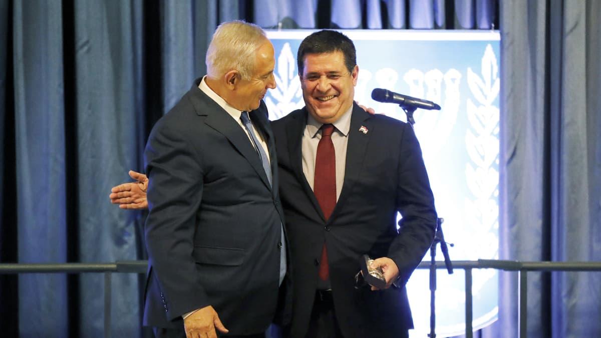 Israelin pääministeri Benjamin Netanjahu ja Paraguayn presidentti Horacio Cartes lähetystön avajaisseremoniassa.