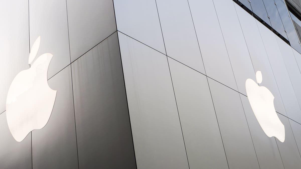 Apple Macintosh merkki liiketalon ulkoseinässä